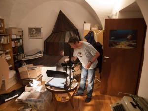 Die Untersuchung des Fossils im pittoresken Ambiente des Museums für tschechischen Karst in Beroun. Bild: SMNS/Staniczek